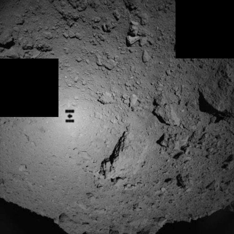 Фото дня: японцы высадили два ровера на астероид