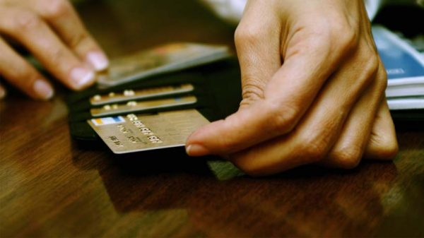 Где быстро получить деньги в долг на карту