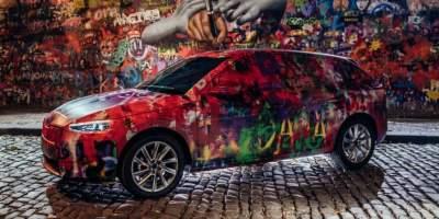 В Праге новую модель Skoda разукрасили в стиле стены Леннона
