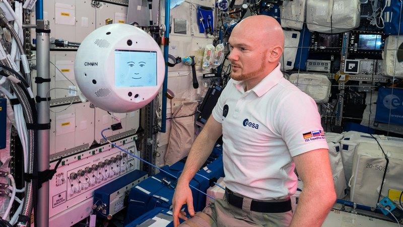 Космонавт на МКС впервые поговорил с роботом