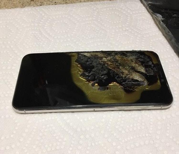 Новый iPhone XS Max взорвался в кармане у владельца