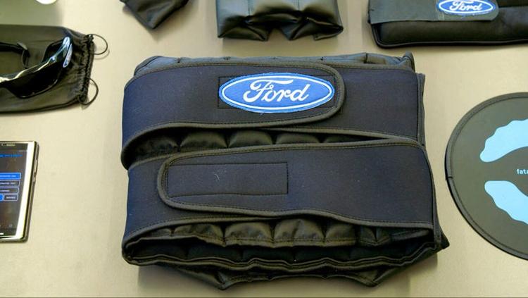 В Ford создан костюм засыпающего водителя