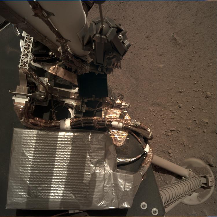 Фото дня: марсианский зонд InSight расправляет роботизированную «руку»