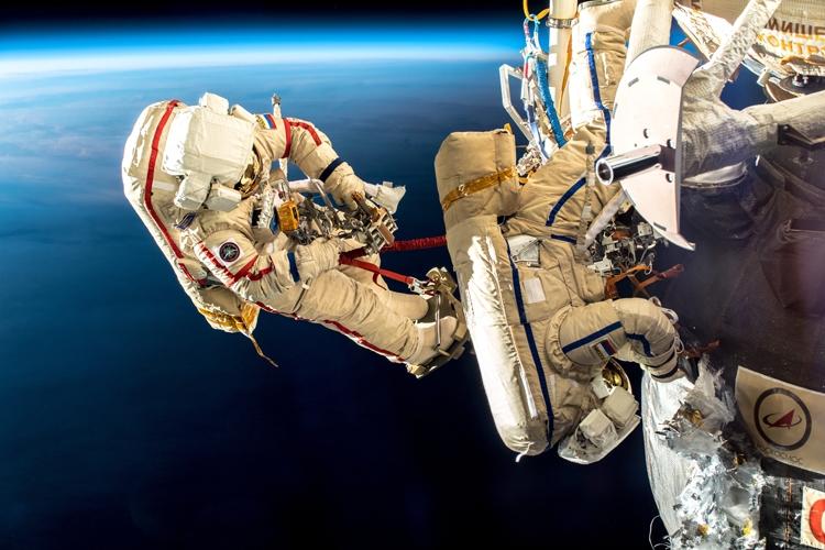 Фото дня: вскрытие защиты корабля «Союз МС-09» в открытом космосе