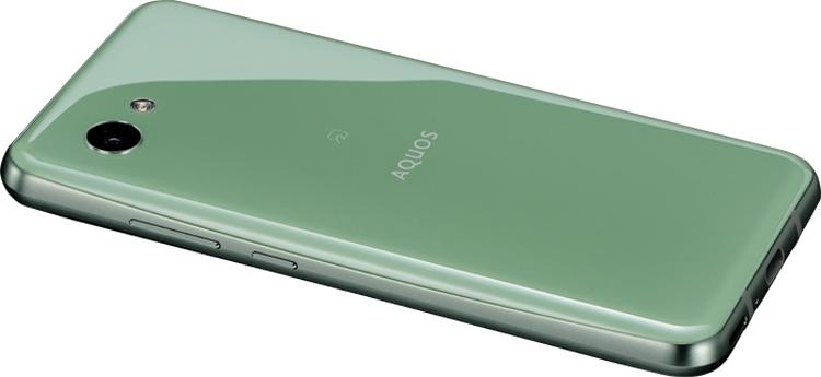 Sharp наделила новый смартфон дисплеем с двумя вырезами