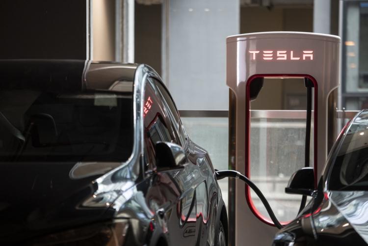 Tesla повысила стоимость электричества на своих станциях Supercharger