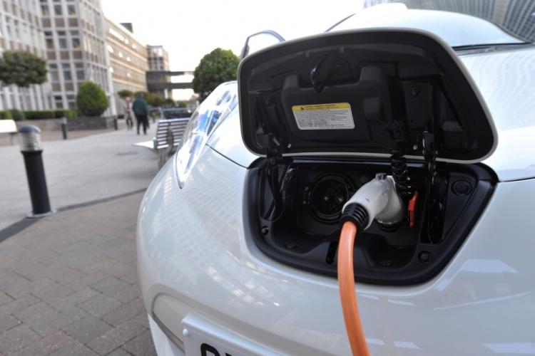 Великобритания сокращает субсидии на гибридные автомобили